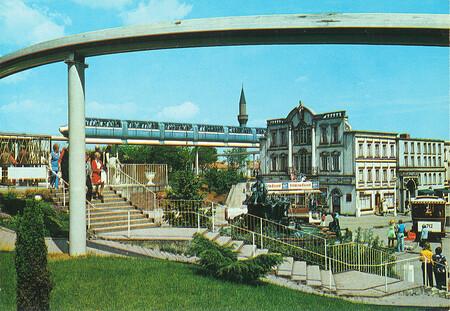 Zu sehen sind Neptunbrunnen, Jet (Monorail), Pferdestraßenbahn und ein Stück Alt-Berlin.