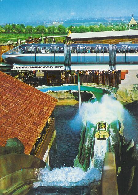 Phantasialand-Jet, Monorail-Einschienenzug mit Wildwasserbahn und Westernstadt im Hintergrund.