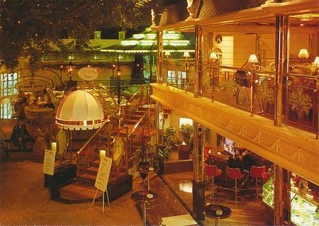 """Zu sehen ist das Bistro """"Le grand Jardin"""" in Petit Paris."""