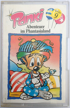 Das Frontcover der Panki Hörspielkassette Folge 9 - Abenteuer im Phantasialand zeigt Panki im sitzen vor Kissen.